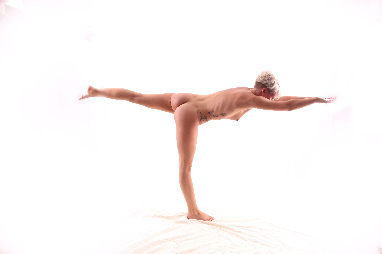 Frau beim Nackt Yoga 1