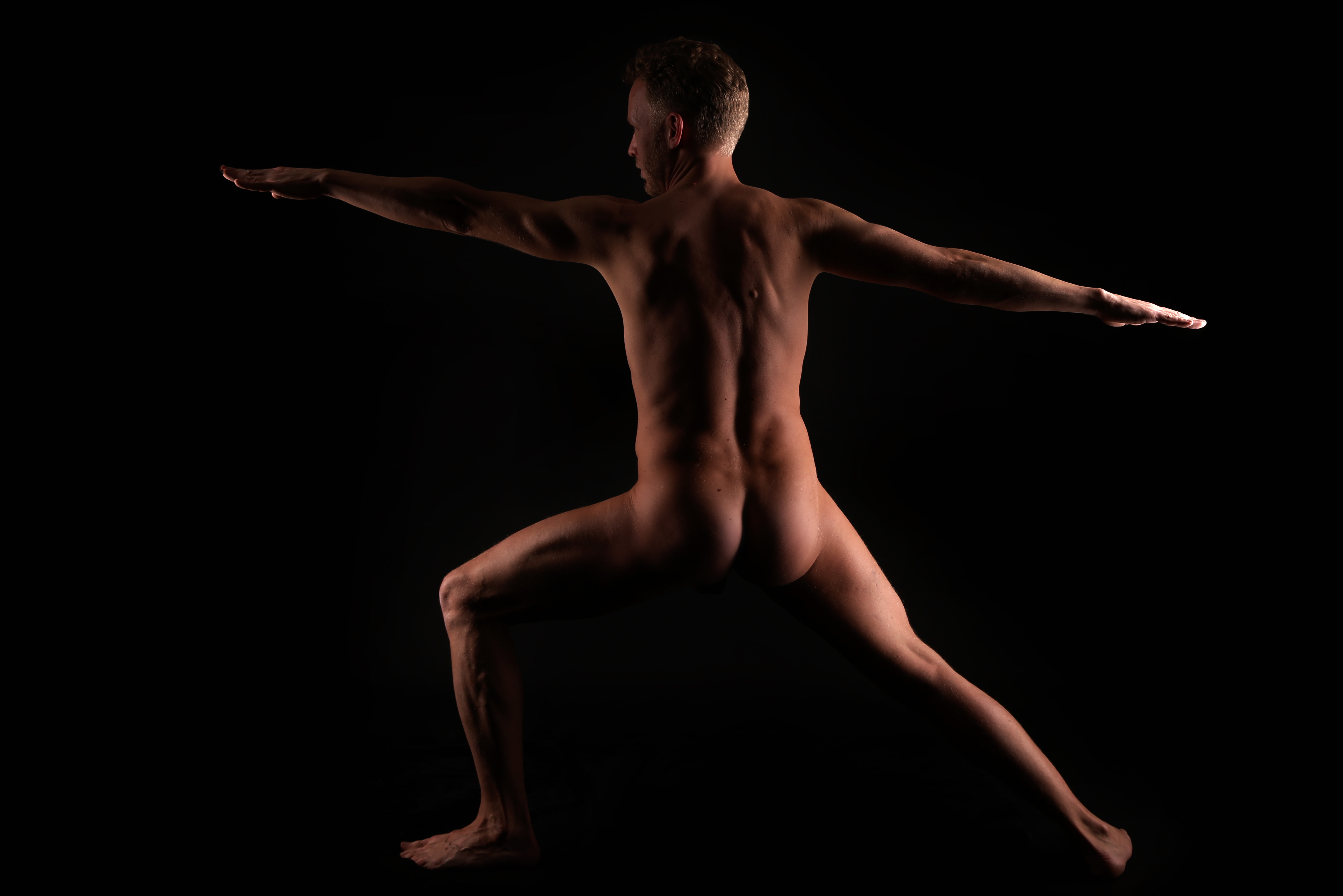 Mann beim Nackt Yoga 1